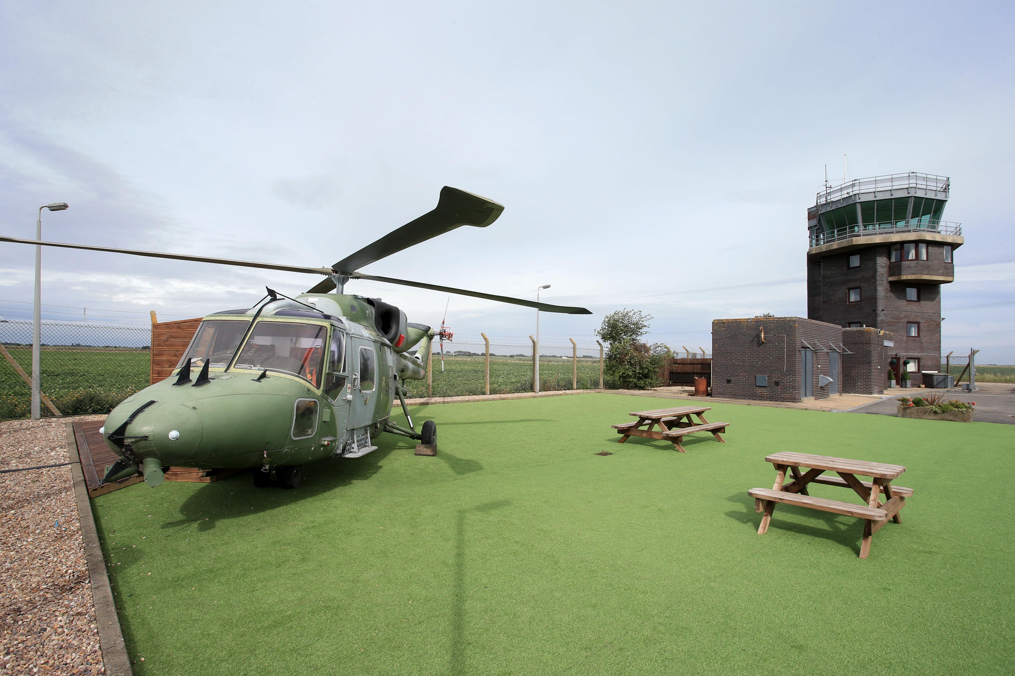 Elicottero Usato : Lelicottero trasformato in una stanza di lusso su airbnb