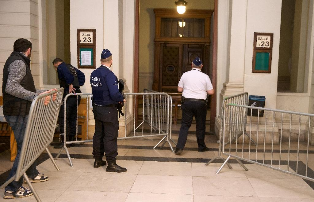 Police officers stand guard at the entrance of the appeal court of Brussels, in the case of Khalid Zerkani and three others, accused of recruiting people to fight in Syria from 2012 to 2014, during their trial on January 29, 2016 (AFP Photo/Nicolas Maeterlinck)