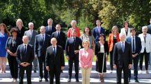 44 à distance sur la pelouse: la photo de famille du nouveau gouvernement, en mode Covid