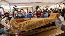 Vídeo de sarcófago de 2.500 anos sendo aberto no Egito viraliza nas redes sociais