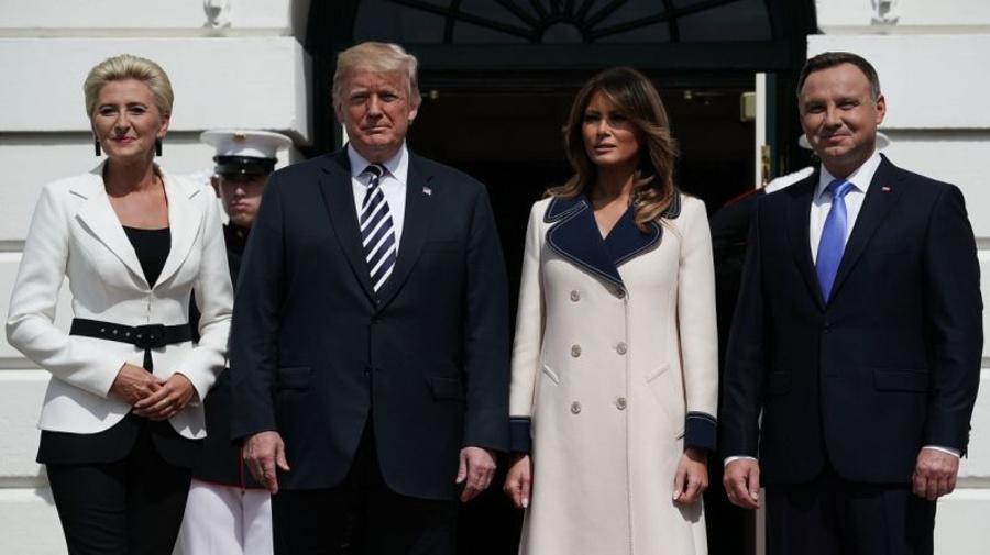 Melania Trump trug 4.000-€ Gucci-Mantel, um Polens erstes Paar zu begrüßen - trotz 27 Grad Hitze