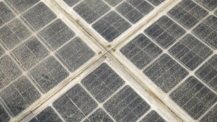 路面上鋪著透明材質的太陽能面板,除了可集電供電,甚至還能監測溫度、流量與重量,把收集到的大數據與互聯網連結