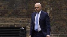 El ministro británico de Sanidad se disculpa tras llamar a no acobardarse por la covid-19