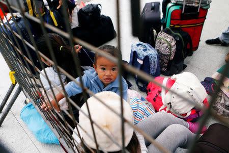 Venezuelan migrants queue in line to register their entry into Ecuador at the International Bridge Rumichaca, Ecuador August 18, 2018. REUTERS/Luisa Gonzalez