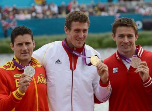 El piragüista alemán Sebastian Brendel (centro), el español David Cal (izq) y el canadiense Mark Oldershaw, en el podio