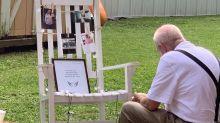 Virales Foto: Großvater isst alleine neben Fotos seiner verstorbenen Frau