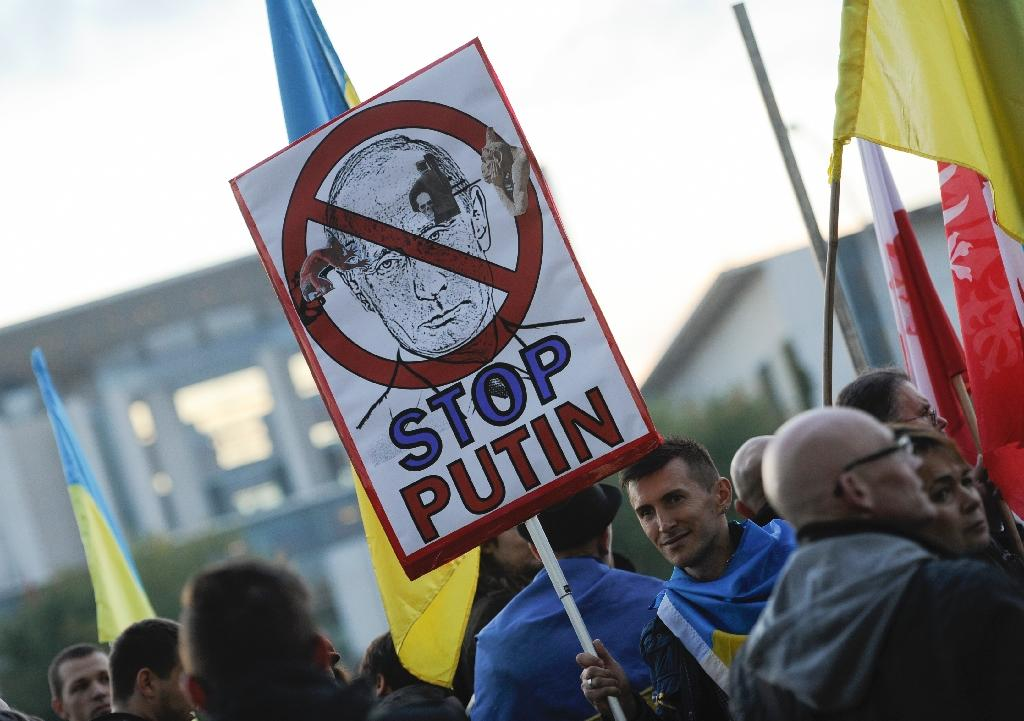 Protester demonstrate outsiude the chancellery in Berlin ahead of a meeting of leaders of Russia, Ukraine, France and Germany (AFP Photo/SteffiI oos )