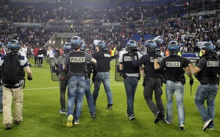 Policiais entram em ação em meio a tumulto no jogo entre Olympique Lyonnais e Besiktas