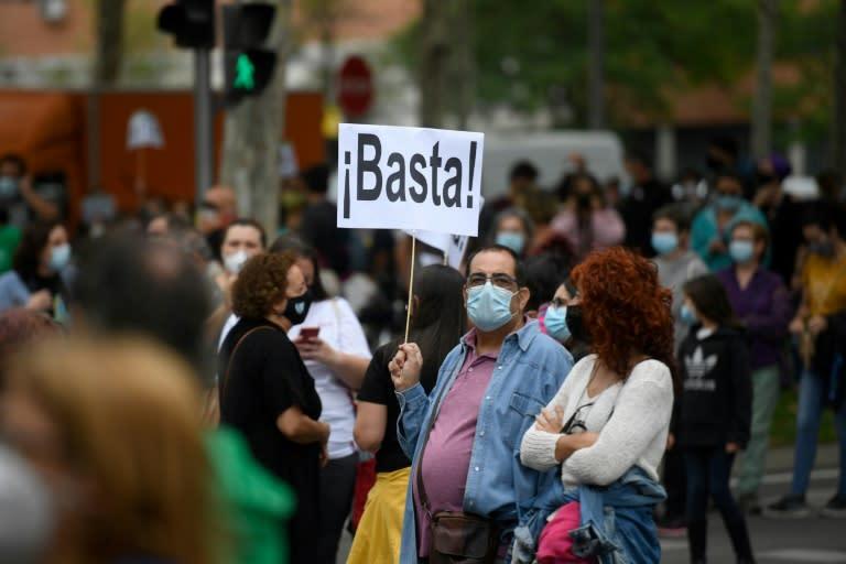 """""""Assez!"""", clame cette pancarte lors d'une manifestation, à Madrid le 20 septembre 2020, contre les nouvelles restrictions pour lutter contre le coronavirus"""
