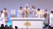 Le Pape François chute d'une estrade à la fin d'une messe (vidéo)