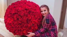 """Maiara ganha buquê com 732 flores e elogia Fernando: """"Presente de Deus"""""""