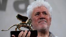Lucrecia Martel no puede contener las lágrimas al homenajear a Pedro Almodóvar en el Festival de Venecia