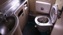 Gli cade cellulare nella toilette del treno, va a recuperarlo sui binari e viene multato