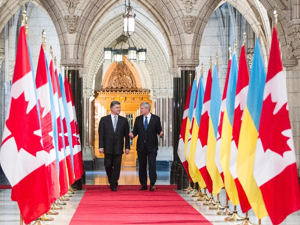 Stephen Harper (right) and Petro Poroshenko walk down the Hall of Honour on Parliament Hill in Ottawa on September 17, 2014 (AFP Photo/Geoff Robins)