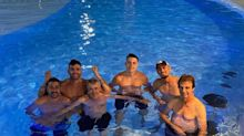 Gusttavo Lima curte piscina com filho de Bolsonaro