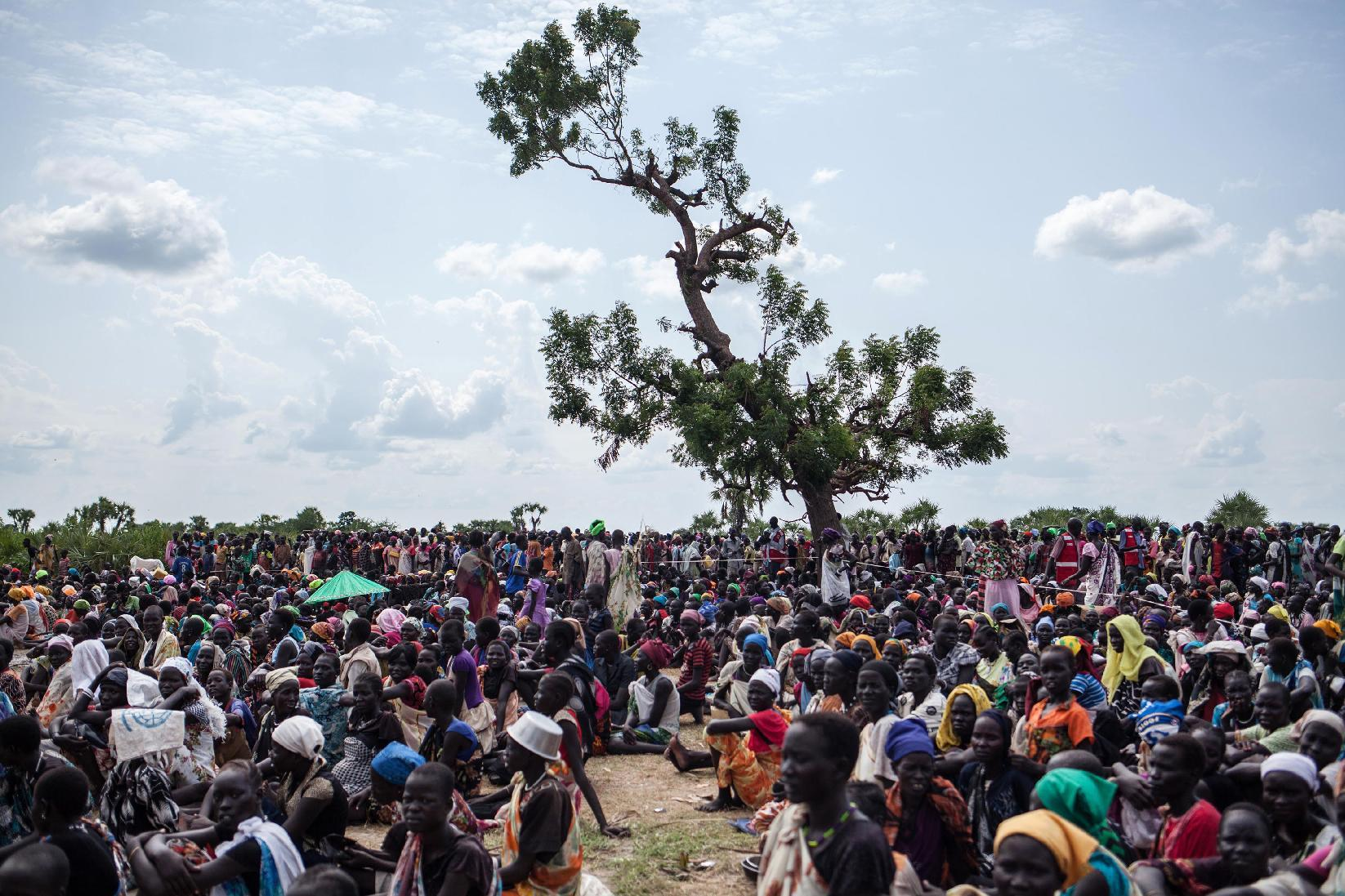 Thousands of people wait in the hot sun near the air drop zone in Leer, South Sudan, on July 5, 2014 (AFP Photo/Nichole Sobecki)