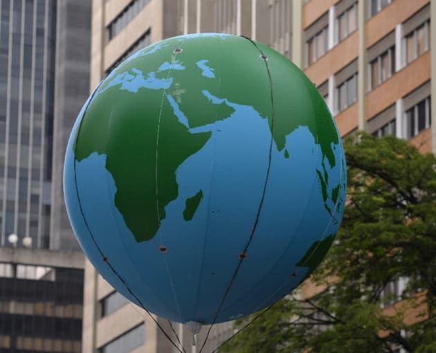 Des militants écologistes interrompent un sommet sur la finance et le climat