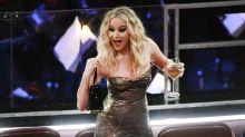 Oscar 2018, Jennifer Lawrence scavalca le poltrone con il vino in mano