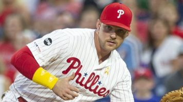 Phils' Hoskins may wear mask if hitter reaches base