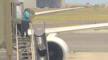 Passageira filma a maneira agressiva que funcionária de companhia aérea manuseia bagagens
