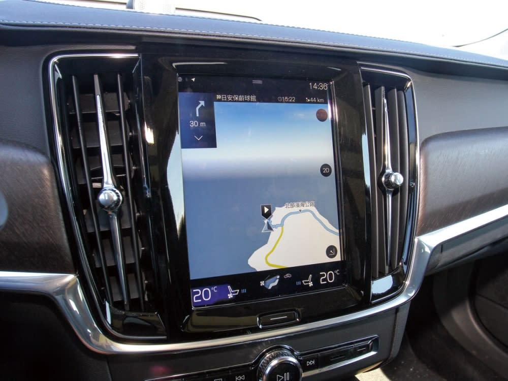 大量簡化實體控制鍵,大多數功能皆整合至觸控螢幕當中。