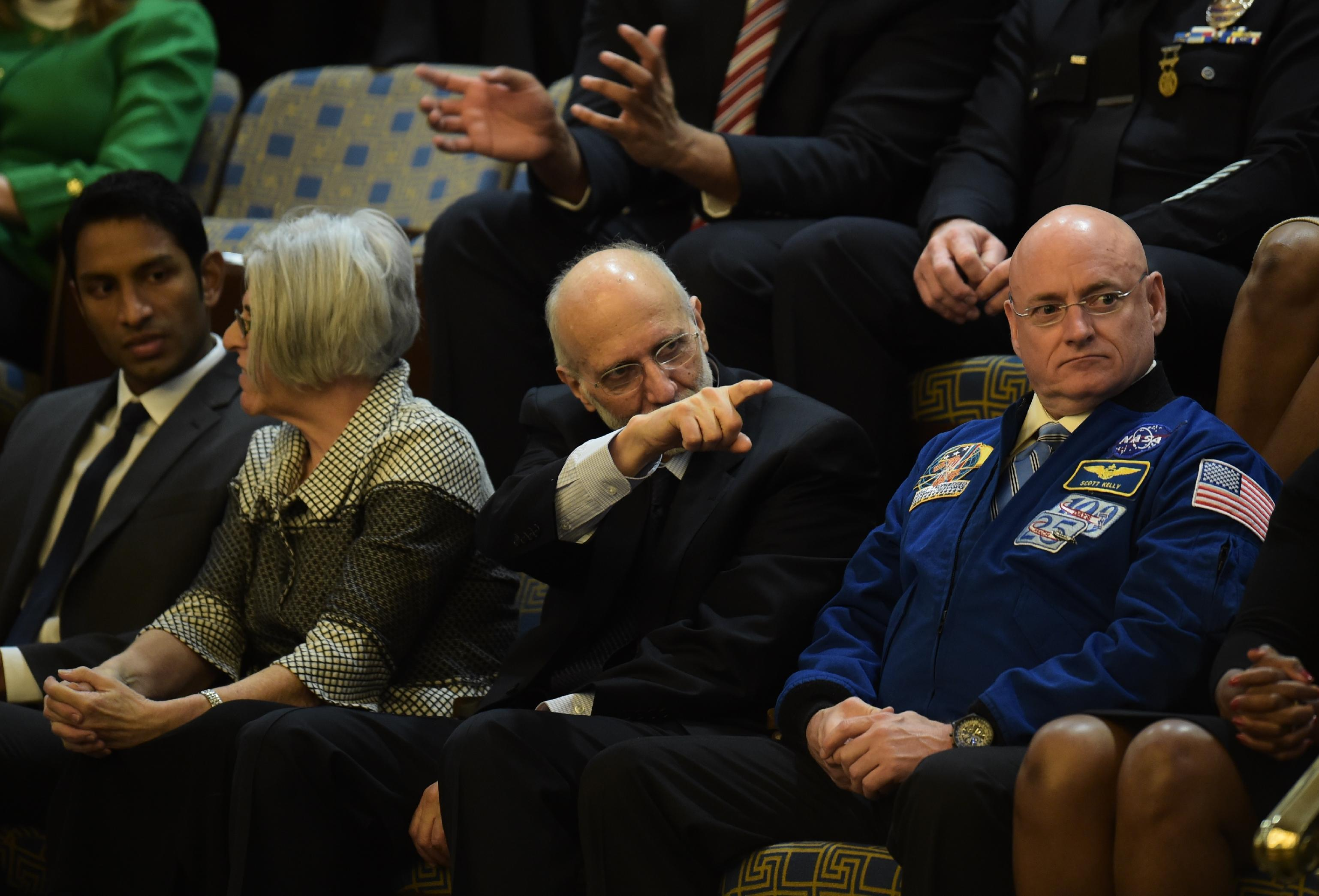 Alan Gross (C), the US contractor released from prison in Cuba last month, awaits US President Barack Obama's State of the Union address in Washington, DC on January 20, 2015 (AFP Photo/Jim Watson)