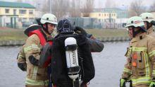 Polizei und Feuerwehr: Blaulicht-Blog: Autofahrerin steigt aus - Pkw rollt in Kanal