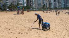 Vendedor de picolé ajuda a limpar praias de Vila Velha