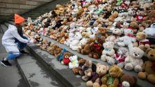 Schüler erinnern mit Teddybären an Leid geflohener Kinder aus Syrien