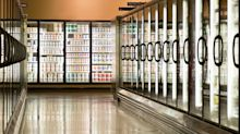 73enne muore all'interno del supermercato a Roma: la gente si accalca per fotografarlo