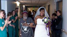 Noiva se casa em hospital para que o pai em estado terminal pudesse levá-la ao altar