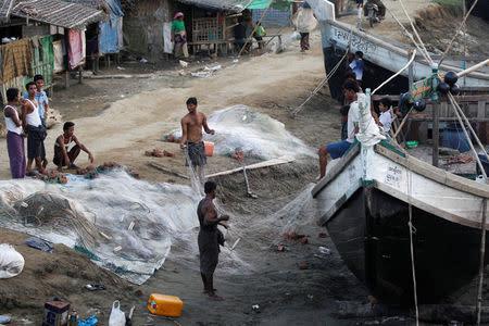 Men clean fishing nets near a Rohingya refugee camp outside Sittwe, Rakhine state, Myanmar November 15, 2016. Picture taken on November 15, 2016. REUTERS/Soe Zeya Tun