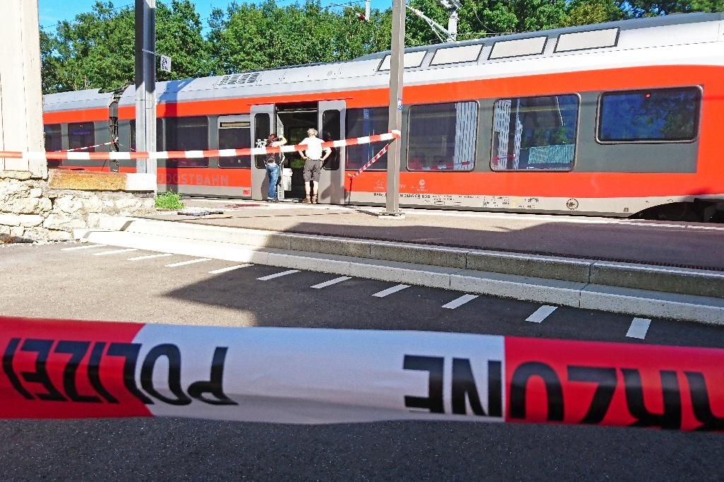 Swiss police stand by a train at the station in Salez, on August 13, 2016, after a 27-year-old man used a flammable liquid to start a fire in a carriage and began stabbing passengers (AFP Photo/Beat Kaelin)