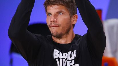 Korver tells of tearful scene before walkout