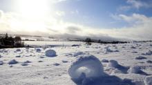 Extraño fenómeno meteorológico crea 'rollos de nieve' en la campiña escocesa