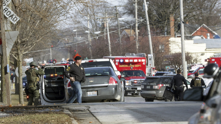 5 people dead, 5 officers hurt in Ill. shooting