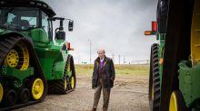 Multimillonario de 90 años recorre su imperio en camioneta