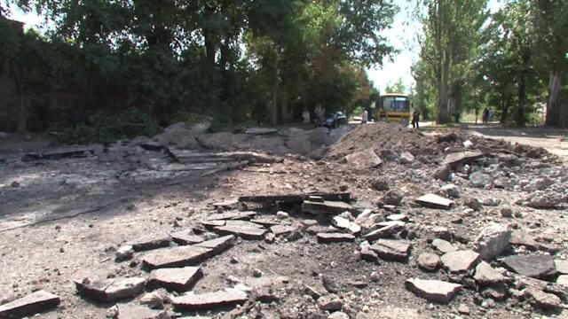 Rebel-held Donetsk hit by air strike as govt forces close in