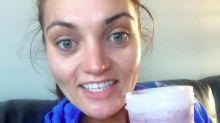 Une femme se rase le visage afin d'attirer l'attention sur le syndrome de Stein-Leventhal via les réseaux sociaux