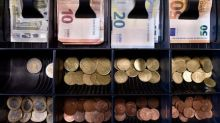 Euro gains on growth data, Italian assurances to stay put