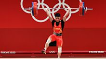 China's Li Fabin employs one-legged stance to win weightlifting gold