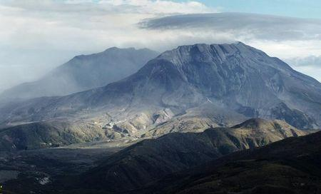 Dirt and ash continues to drift out from inside the crater of Mount St. Helens after an eruption earlier in the day October 5, 2004. REUTERS/Andy Clark AC -