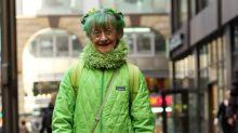 Insólita ¿obsesión?... mujer lleva 20 años vistiéndose solo de color verde
