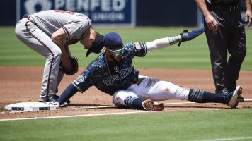 Padres star rookie evades pickle in epic fashion