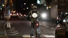 Crean una chaqueta que permite a los ciclistas comunicarse con los conductores a través de emojis