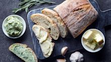 Receita de pão de ervas, o acompanhamento perfeito para queijos e vinhos