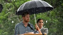 Prinz Harry vor dürregeplagten Farmern im Regen