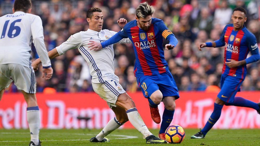 Tre giorni al 'Clasico': Messi e Ronaldo dipinti in un bacio appassionato