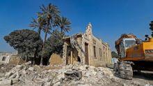 """Au Caire, l'historique Cité des morts éventrée par une route nommée """"paradis"""""""