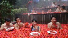 Mulher ganha competição na China comendo 20 pimentas cruas em 1 minuto
